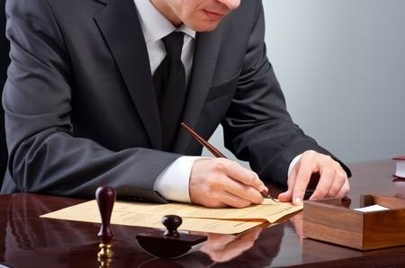 Der letzte Wille: Worauf beim Errichten eines handschriftlichen Testaments zu achten ist - und wann Erblasser besser zum Notar gehen sollten.