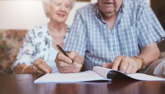 Ehepaar unterschreib Vorsorgevollmacht und Patientenverfügung